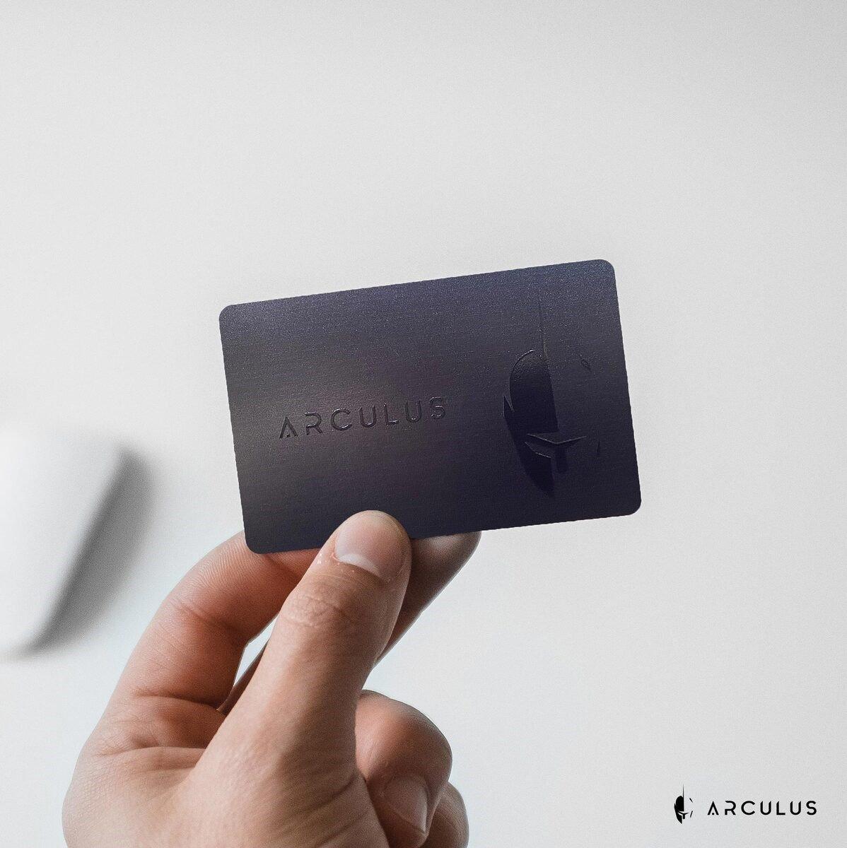 Arculus - A Hardware Wallet Bridging Security and Usability